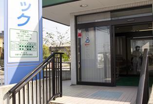 段差がない入口の扉は自動ドアです