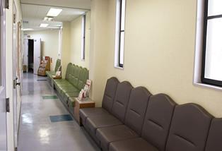 診察室前の廊下でもお待ちいただけます